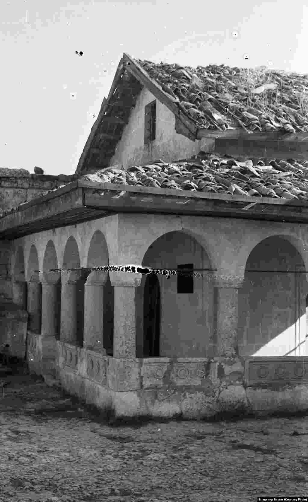 Караимы – один из коренных народов Крыма. По языку, фольклору, бытовым обычаям и образу жизни они похожи на тюркские народы, но традиционно они исповедовали караизм – религию, основанную на Ветхом Завете