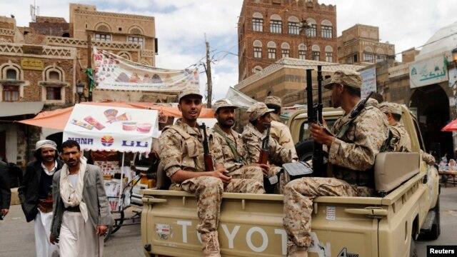شبهنظامیان حوثی در لباس و خودروی ارتش یمن در صنعا