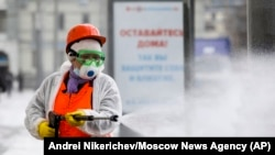 Jemagat hojalygynyň işgäri Moskwanyň köçelerinde dezinfeksiýa işlerini geçýär.