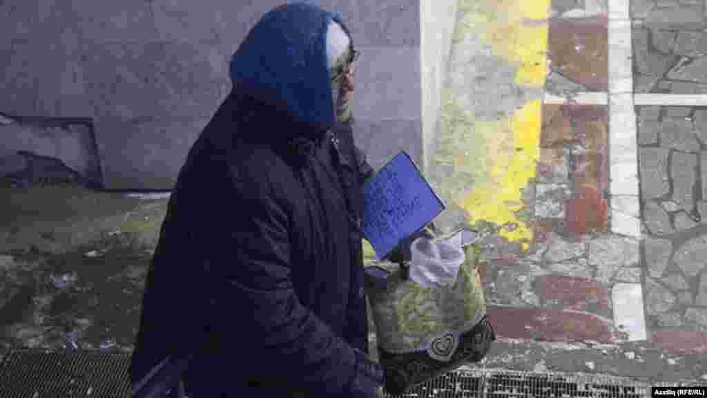 Казан үзәгендәге җәяүлеләр өчен җир асты кичүендә дәваланырга ярдәм сораучы ханым