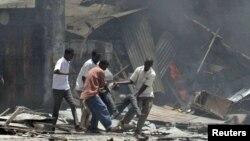 """Пострадавшие от взрыва террориста-смертника из организации """"Аль-Шабааб"""". Сомали, 4 октября 2011 года."""