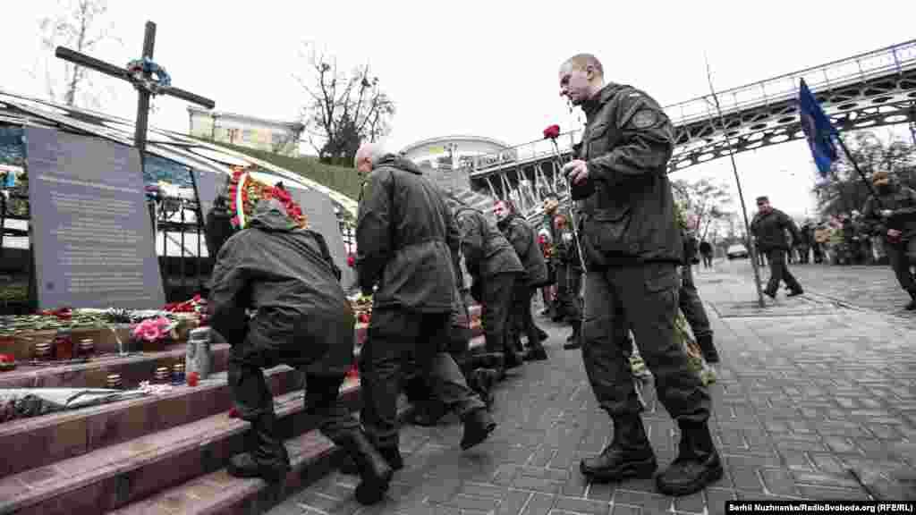 Перед построением военнослужащие почтили память погибших героев Небесной Сотни, возложив цветы к мемориалу.
