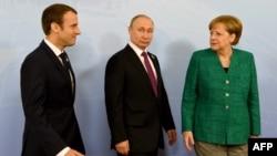 Эммануэль Макрон, Владимир Путин и Ангела Меркель перед началом переговоров в Гамбурге, лето 2017 года