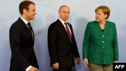 Эммануэль Макрон, Владимир Путин и Ангела Меркель на совместной встрече во вермя саммита G20 в Гамбурге