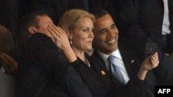 Nelson Mandela ilə vida mərasimi. Sağdan sola: Amerika prezidenti Barack Obama, Danimarkanın baş naziri Helle Thorning-Schmidt və Britaniyanın baş naziri David Cameron öz fotolarını çəkirlər, Johannesburg, Cənubi Afrikada, 10 dekabr 2013.