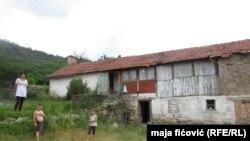 Porodica Keljmendi ispred svoje kuće, selo Lipa, opština Zvečan, 20. jul 2016.