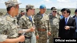 Әділбек Жақсыбеков (оң жақ шетте) қорғаныс министрі кезінде. 4 маусым 2012 жыл.