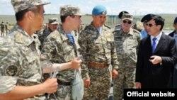 Министр обороны Адильбек Джаксыбеков (крайний справа) во время поездки в Талдыкорганский гарнизон. 4 июня 2012 года. Фото с сайта министерства обороны.