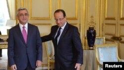 Ֆրանսիայի նախագահ Ֆրանսուա Օլանդը ողջունում է Հայաստանի նախագահ Սերժ Սարգսյանին Փարիզում, արխիվ