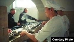 Раздача еды в тюрьме. Фото из казахстанской колонии, сделанное представительством организации «Международная тюремная реформа» в Центральной Азии.