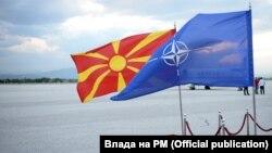 Flamuri i Maqedonisë dhe ai i NATO-s.