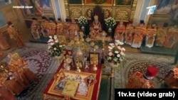 Кадр из трансляции пасхальной службы в Свято-Вознесенском кафедральном соборе. Алматы, 19 апреля 2020 года.