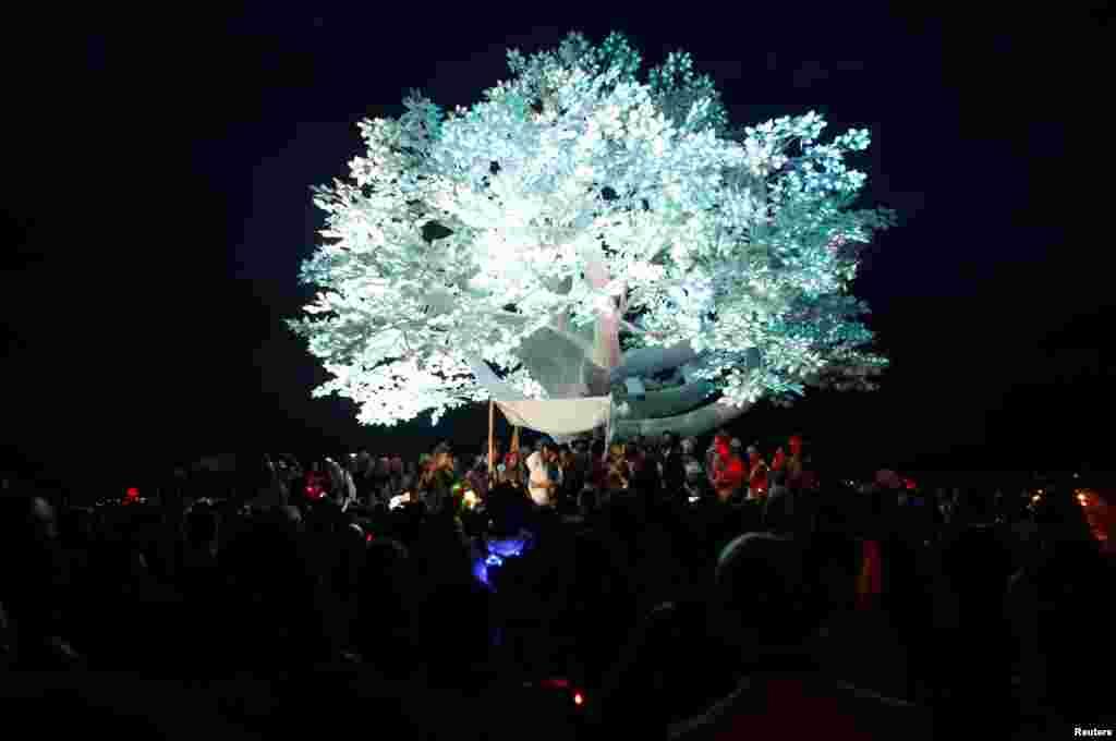 Весілля під інсталяцією Tree of Ténéré. 29 серпня
