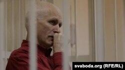 Активистот Алеш Бјалјацки пред судот беше затворен во кафез.