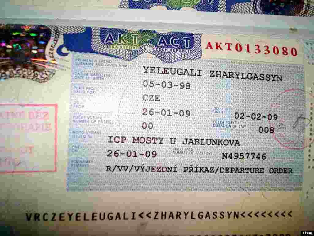 Приказ на депортацию дан на 8 дней. Отложить высылку еще на несколько дней можно только обратившись в лагерь беженцев. - Отметка в паспорте казахского беженца гласит, что ему выдан приказ чешской полиции на депортацию, при этом ему дается 8 дней на сбор новых документов.