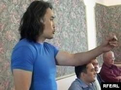 """Айдос Садықов """"Азат"""" жалпыұлттық социал-демократиялық партиясы жиынында сөйлеп тұр. Ақтөбе, 18 ммамыр 2010 жыл."""