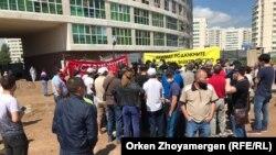 Акция протеста участников долевого строительства недостроенного жилого комплекса «Жагалау-3». Нур-Султан, 27 июля 2020 года.
