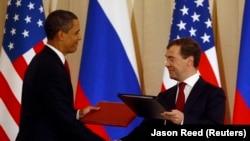 Президент США Барак Обама (слева) и президент России Дмитрий Медведев обмениваются рукопожатием после подписания документов о сокращении ядерных вооружений. Москва, июль 2009 года.