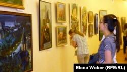 Посетители областной весенней выставки рассматривают картины. Караганда, 12 апреля 2013 года.