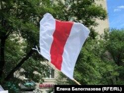 Один из флагов-символов белорусских протестов на сегодняшней акции в Хабаровске