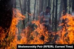 Волонтеры тушат пожар в Иркутской области, 2015