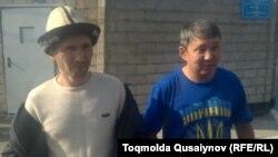 Активисты Курал Медеуов и Асхат Берсалимов после отбытия админстративного ареста. Алматы, 2 ноября 2016 года.