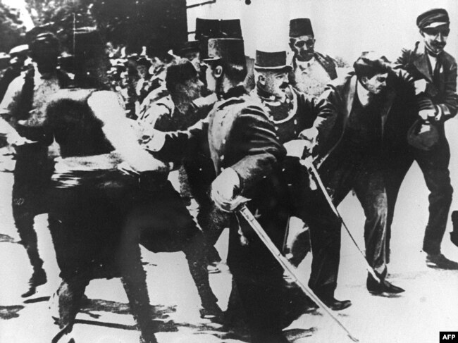 Tok istorije su ubrzali smrtonosni hici Gavrila Principa u austrougarskog prestolonaslednika Franca Ferdinanda. (Fotografija: Hapšenje Principa nakon što je pucao na Ferdinanda)