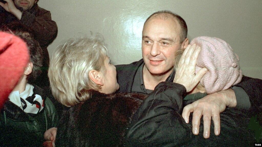 Жена Юрия Шутова обнимает его в зале суда после освобождения под подписку о невыезде. Однако через пять минут его схватит отряд СОБРа, и уже навсегда.