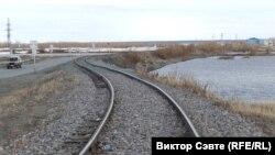 Этот железнодорожный путь заканчивается на берегу Оби