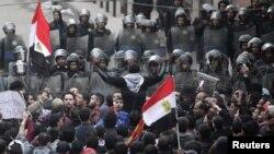 محتجون يهتفون ضد وزارة الداخلية المصرية بعد يوم على أحداث ملعب بورسعيد