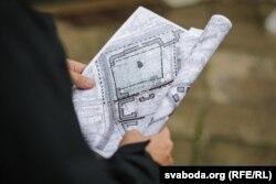 Плян могілак у руках Уладзімера Дзянісава