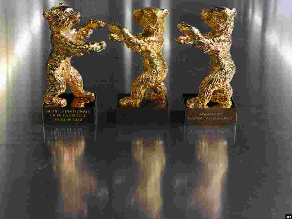 ¨Berlinale¨ medvjedići čekaju nagrađene. Bronzane figurice, teške su oko četiri kilograma, obložene zlatom ili srebrom, a dodjeljuju se od 1951. godine. Foto: EPA