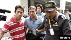 Полицейские сопровождают иранского подданного, подозреваемого в организации взрыва, Бангкок, 16 февраля.