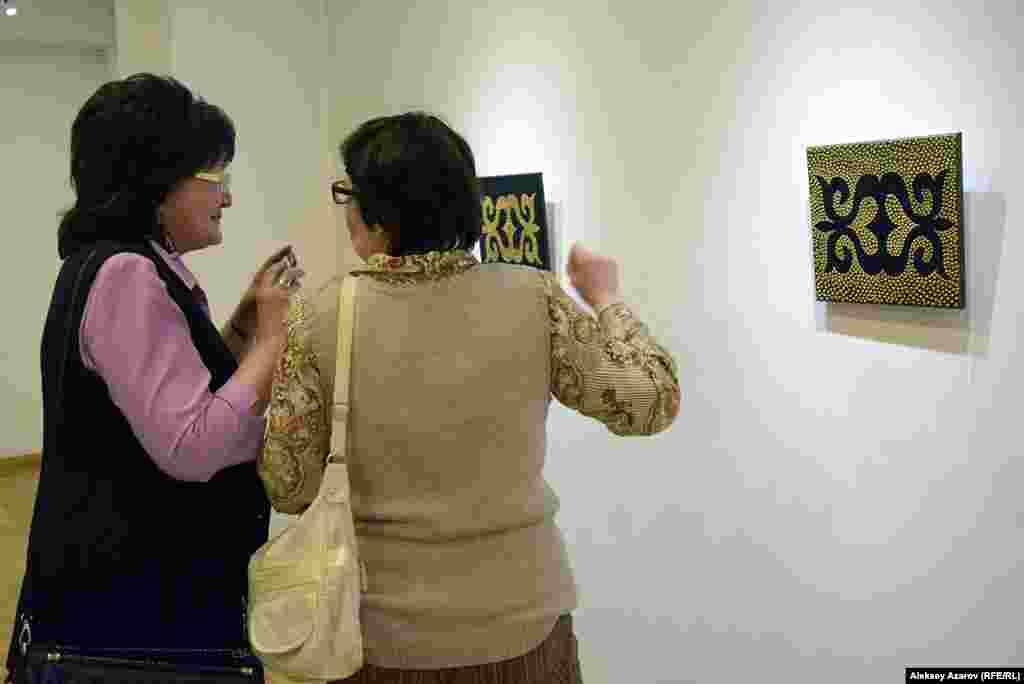 На стене напротив – двенадцать холстов из цикла «Я – номад», выполненные в смешанной технике. При их создании Наргис Рахманова опиралась на традиционный казахский орнамент.