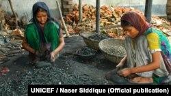 Девочки в кустарной мастерской по переработке свинцовых аккумуляторов. Дакка, Бангладеш, 2020 год