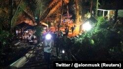 Спасатели у пещерного комплекса в Таиланде во время миссии по вызволению из нее членов футбольной команды.