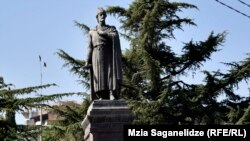 Памятник Шота Руставели в Тбилиси