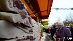 Жанчына ў Санкт-Пецярбургу купляе мясапрадукты, імпартаваная зь Беларусі