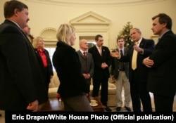 Зьміцер Хведарук (трэці справа) на сустрэчы з Джорджам Бушам