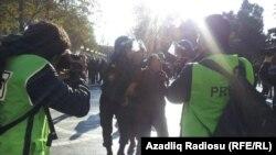 Ադրբեջան -- Ոստիկանությունը բերման է ենթարկում ընդդիմադիր ակտիվիստի, Բաքու,10-ը դեկտեմբերի, 2012թ․