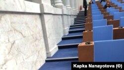 От последния ред до парламентарната трибуна пътят минава само през стълби