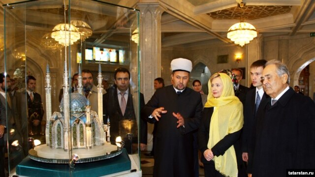 U.S Secretary of State Hillary Clinton visited the Kol Sharif Mosque in Kazan.