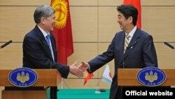 Президент Кыргызской Республики Алмазбек Атамбаев и премьер-министр Японии Синдзо Абэ.