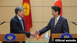 Президент Алмазбек Атамбаев жапон өкмөт башчысы Синдзо Абэ менен жолугушууда. Токио, 27-февраль, 2013.