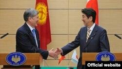 Жапония -- Кыргыз президенти Атамбаев жапон премьери Абэ менен. Токио. 27-февраль, 2013.