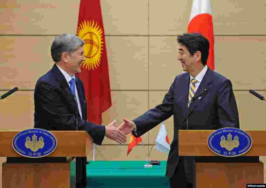 Президент Кыргызской Республики Алмазбек Атамбаев и премьер-министр Японии Синдзо Абэ