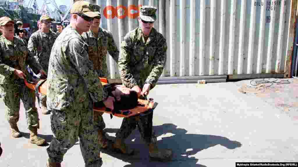 Военные несут своего «пострадавшего» товарища