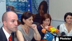 Հայաստանում Եվրամիության պատվիրակության ներկայացուցիչ Ժան-Քրիսթոֆ Գայրանդը (ձ) լրագրողների հետ հանդիպմանը: