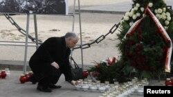 Брат покойного президента, Ярослав Качиньский отдает дань памяти погибшим