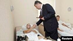 Президент Украины вручает награды раненым укаринским военнослужащим